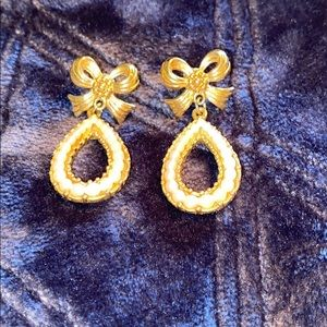 Avon gold color and pearl and bow drop earring